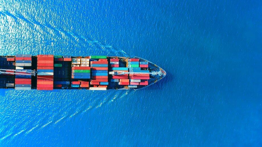 Luftaufnahme eine Cointainerschiffs auf See