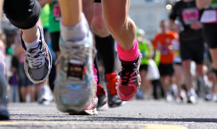 marathonläufer-auf-einer-straße
