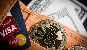 Portemonnaie mit Bitcoin-Münze und Kreditkarten von Visa und Mastercard