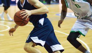 basketball spieler, die gerade basketball spielen