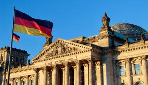 Parlament von Deutschland mit deutsche Flagge