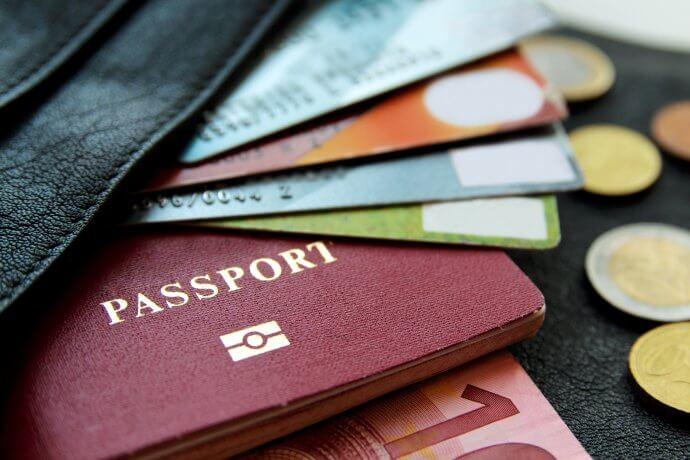 ein reispass mit kreditkarten und geld