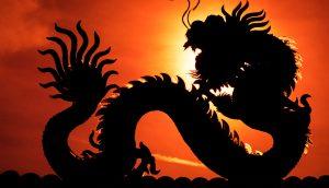 der schatten eines drachen vor einer aufsteigenden sonne
