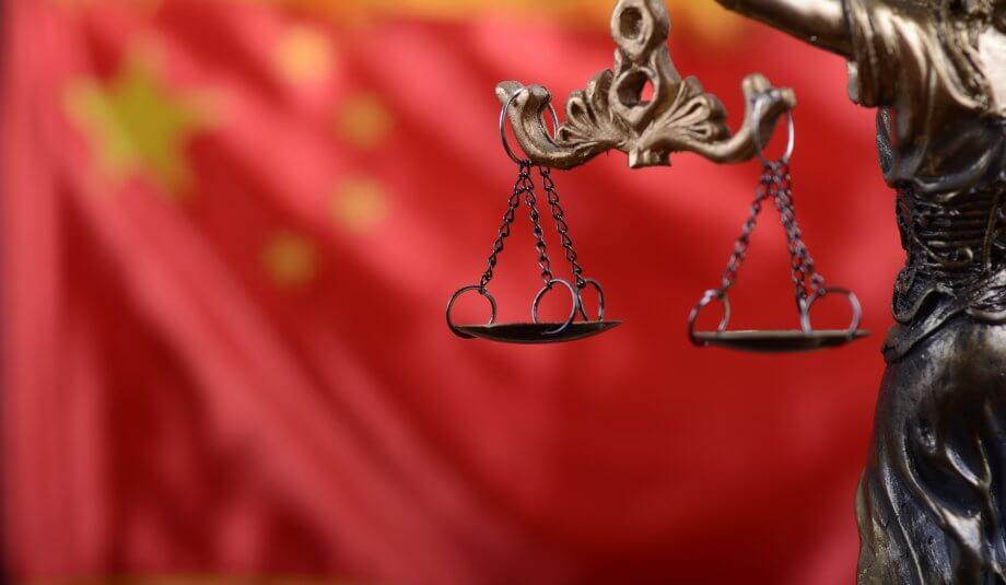 Justitia vor chinesischer Flagge