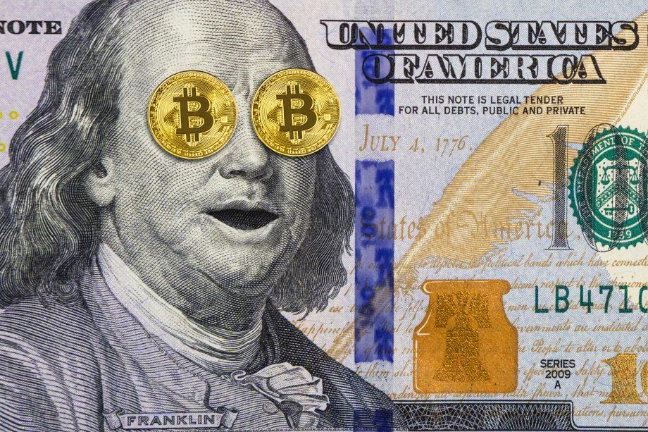 Bitcoin-Münzen auf Benjamin Franklins Gesicht.