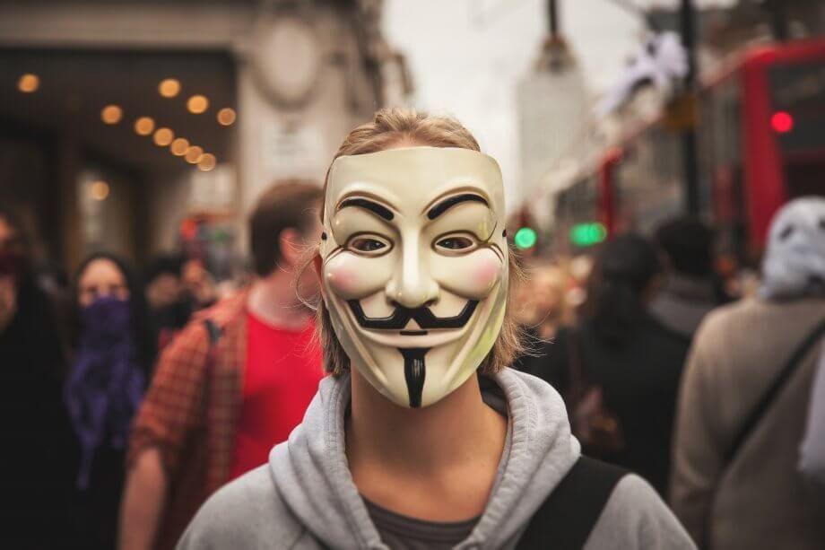 Aktivist mit Guy-Fawkes-Maske.