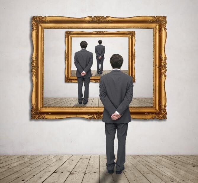Mann steht vor Gemälde sich wiederholend Bild im BIld
