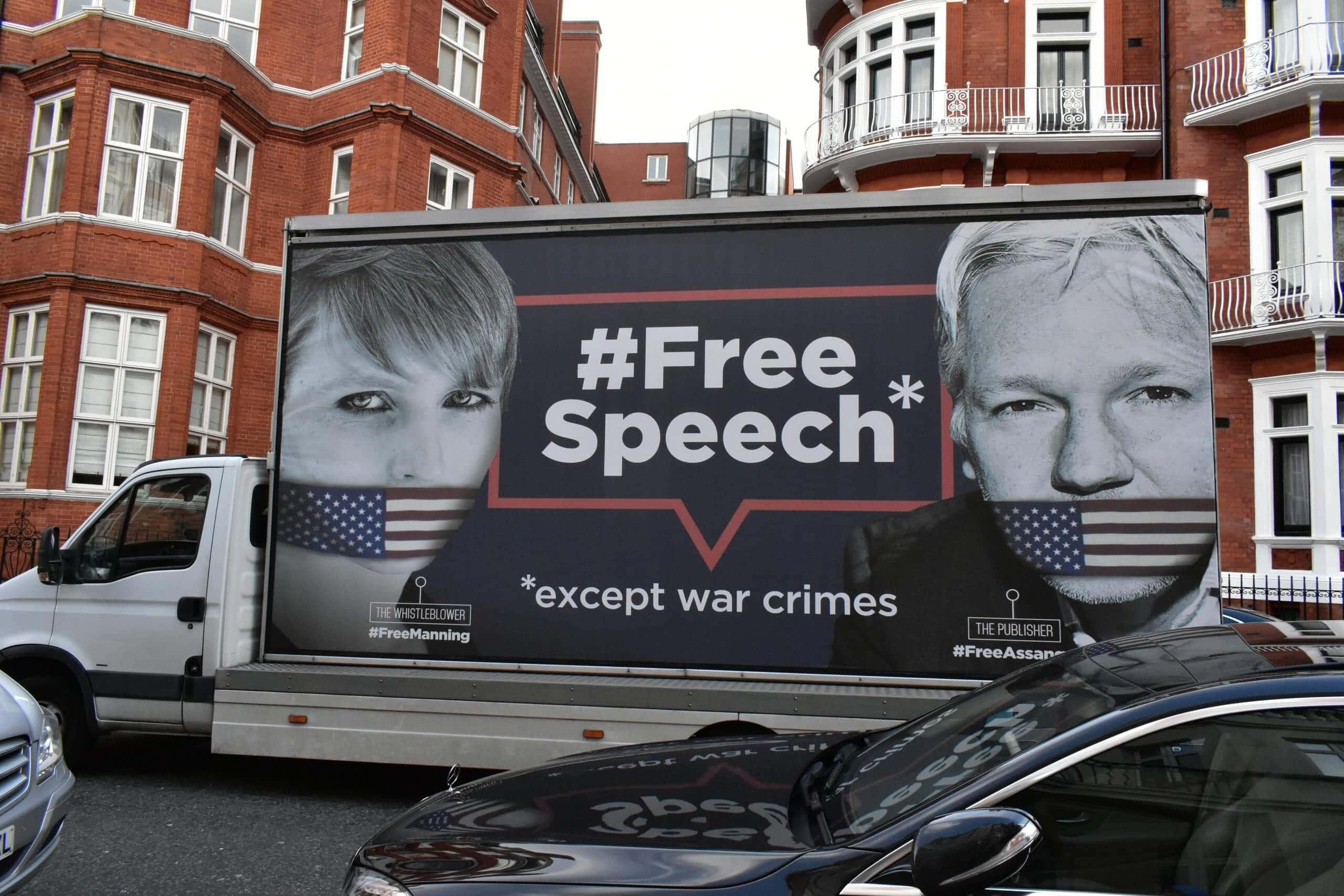 Truck mit Bildern der Whistleblowerin Chelsea Manning und Wikileaks-Gründer Julien Assange