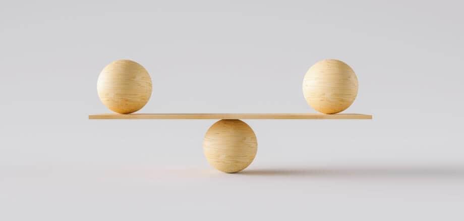 drei Holzkugeln balancieren