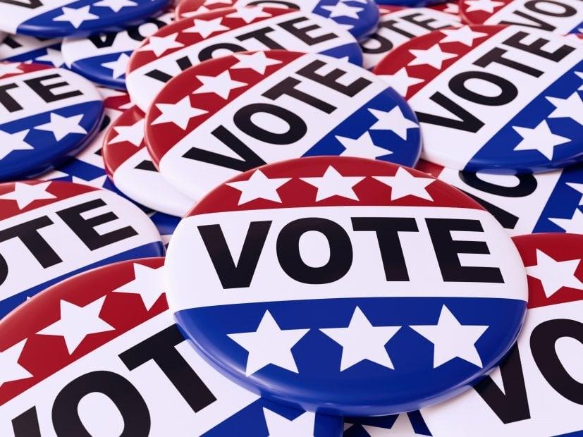 3D-Darstellung von Haufen amerikanischer Wahlknöpfe mit US-Flaggenfarben