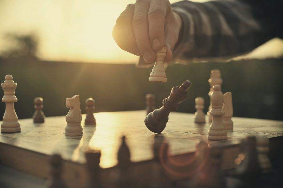 Eine Schachfigur wird geschlagen.