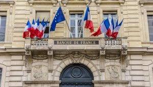 Elf französische Fahnen sowie eine der Europäischen Union an der Fasse der französischen Zentralbank.