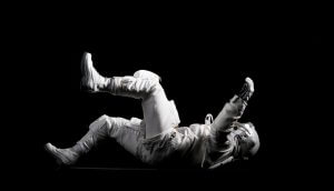 Astronaut schwebt im All