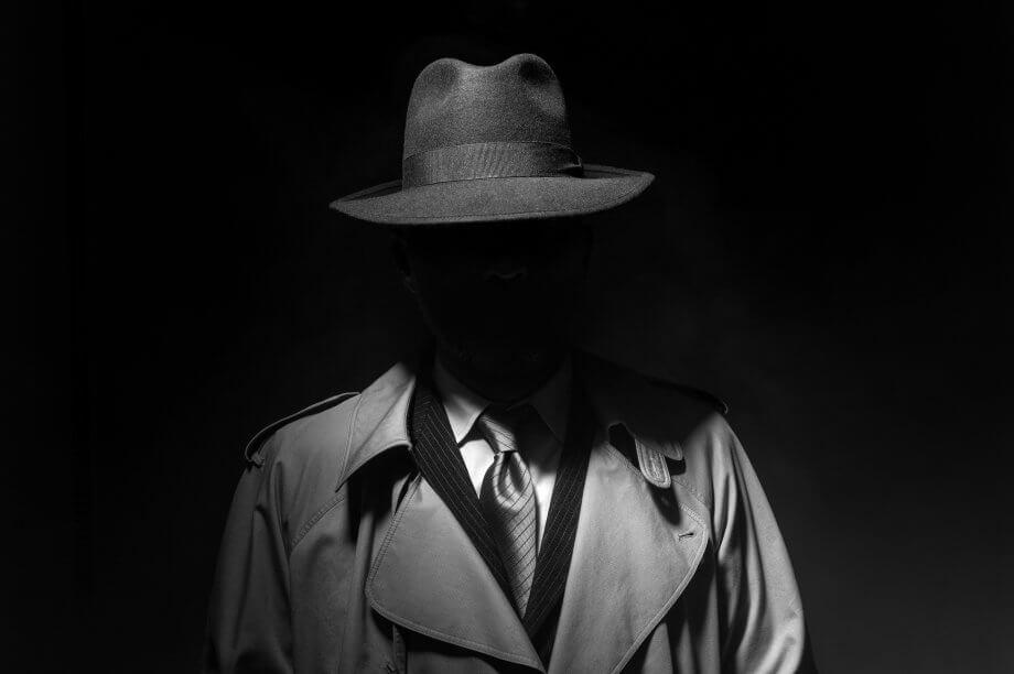 Stilisierter Bitcoin-Spion vor schwarzem Hintergrund