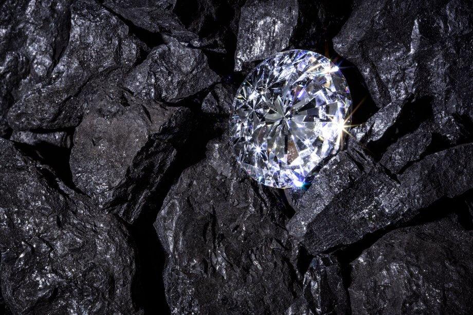 Ein einziger Einzelhändler Diamond in einigen Stücken Kohle.