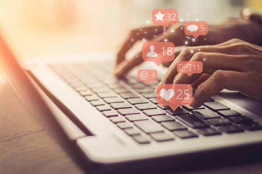 Business-Frau Laptop mit , Social, Media, Marketing-Konzept.