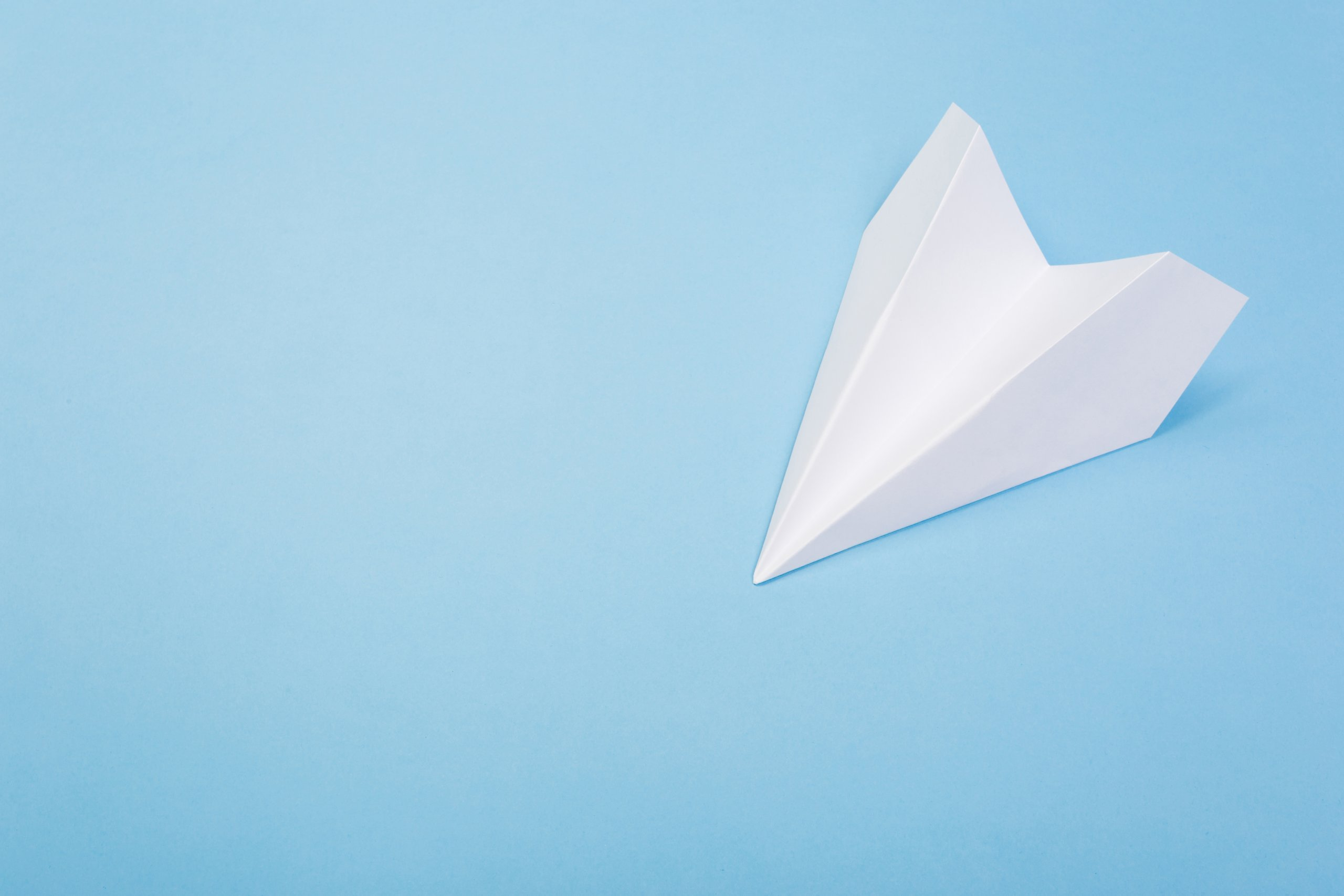 ein papierflieger der aussieht wie das symbol des telegram-messanger auf blauem hintergrund