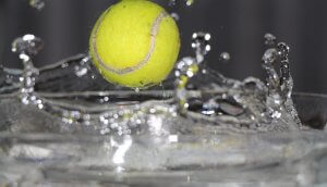 ein tennisball der abprallt