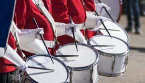 Mehrere Trommler, die auf Trommelm trommeln