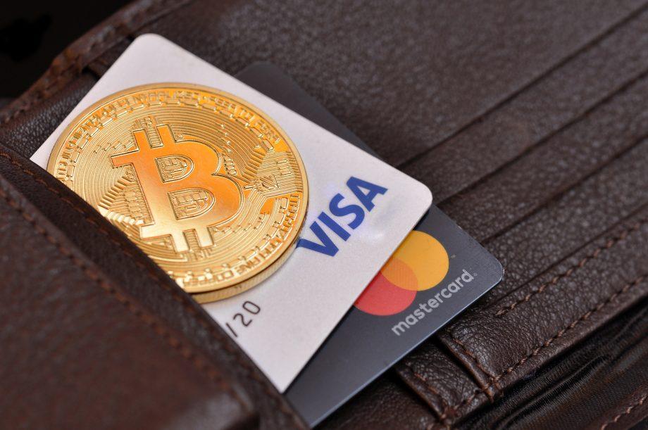 geldbörse-mit-visa-karte-und-bitcoin-münze