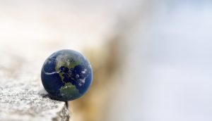 Symbolbild: Die Weltkugel am Abgrund
