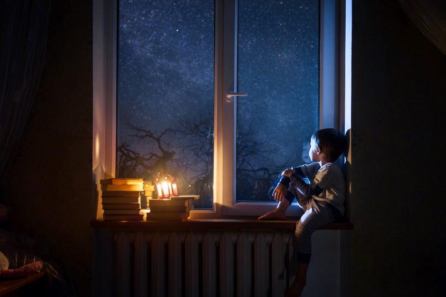 Junge träumt am Fenster