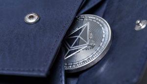 Ethereum Münze guckt aus einer Geldbörse hervor
