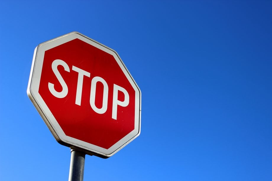 Stopschild symbolisiert Verbot von Binance