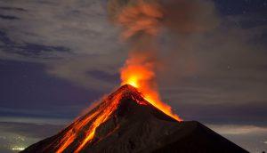 Lava steigt aus Vulkan hervor