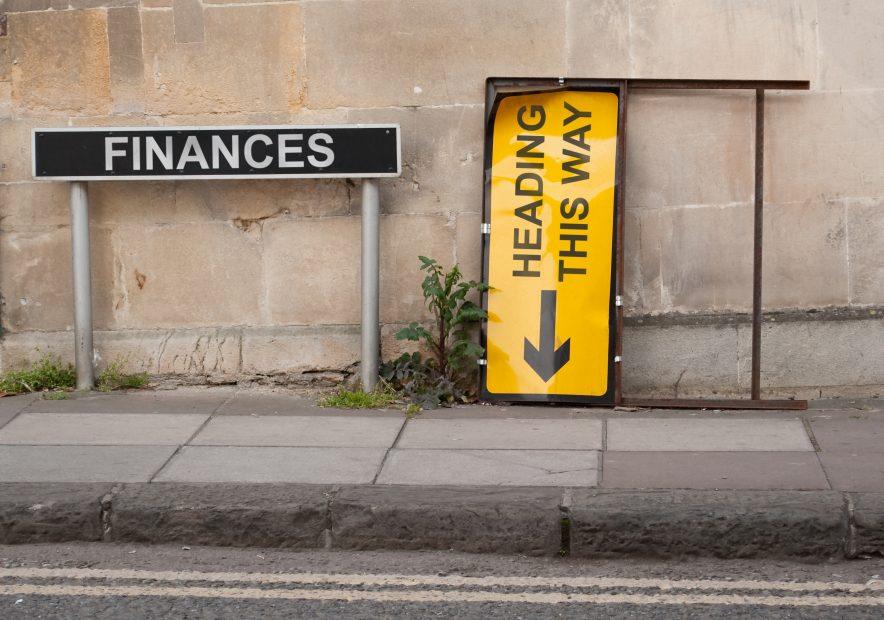 Bankenkrise wird durch zwei Straßenschilder verkörpert.