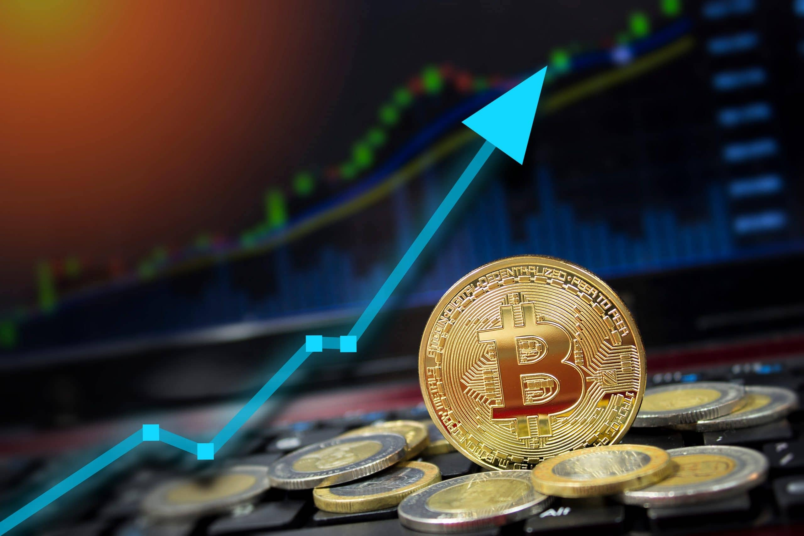 Bitcoin-Münze vor Börsenchart (Symbolbild Bitcoin-Kurs)