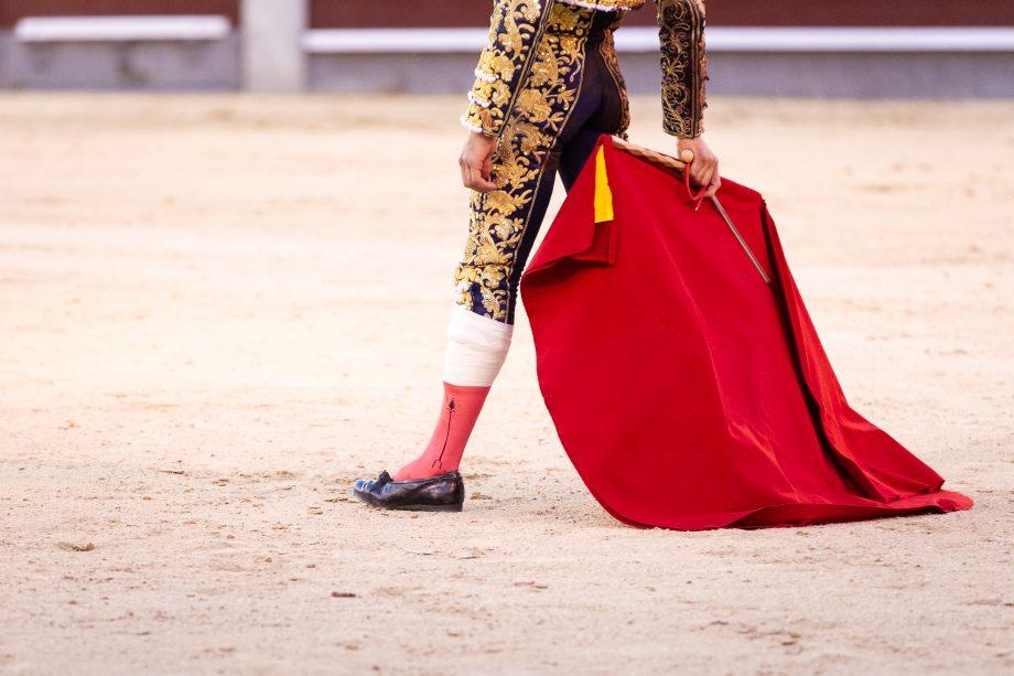 stierkämpfer-mit-roten-tuch