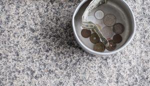 Becher mit Kleingeld