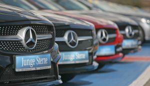 Nahaufnahme einer Reihe von Autos der Marke Mercedes Benz