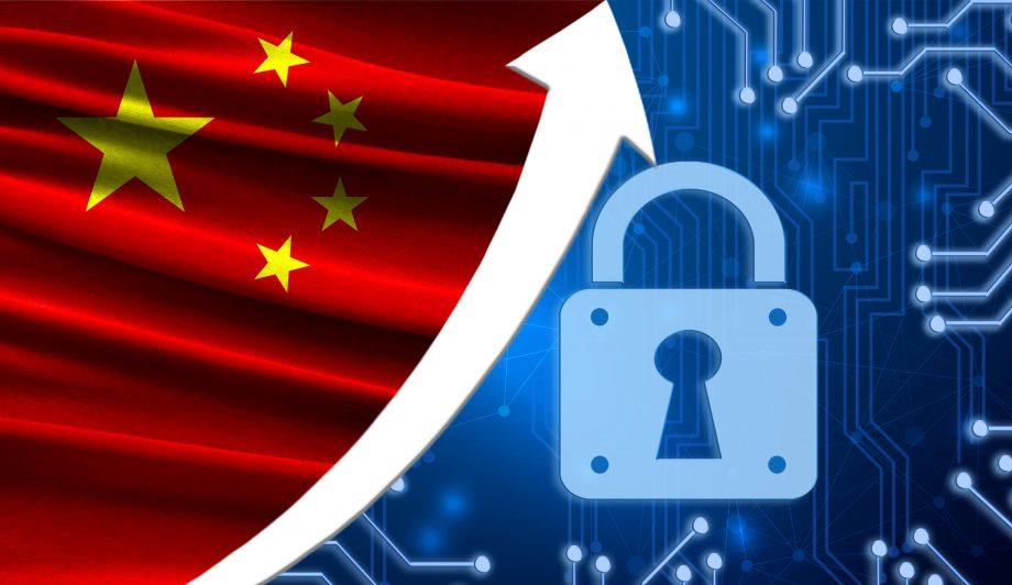 Die Flagge von China zusammen mit dem blauen Kryptogramm und der Pfeil nach oben mit dem Schloss. Dieses Konzept zeigt die erhöhte Sicherheit der Kryptowährung und Blockchain-Brieftaschen.