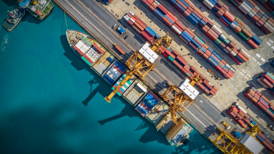 Ein Blockchain-Schiff im Hafen.