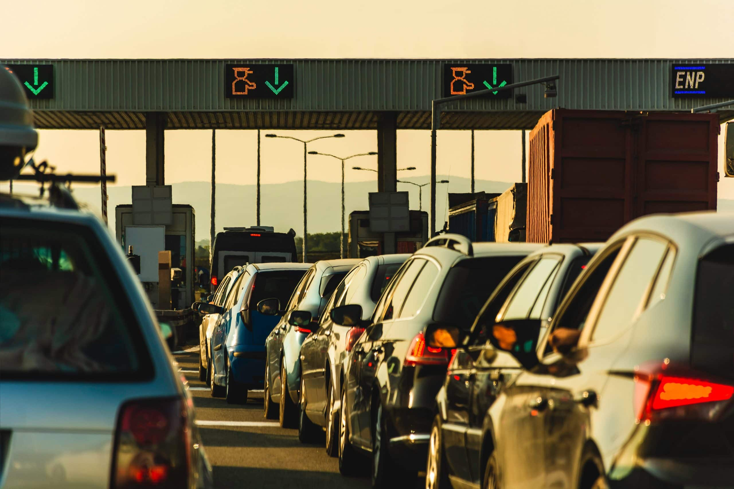 Autos warten an einer Mautstelle