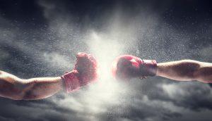 Zwei Boxhandschuhe Stempeln. Licht am bewölkten Himmel. Kiste, Macht, Kampfsymbole.