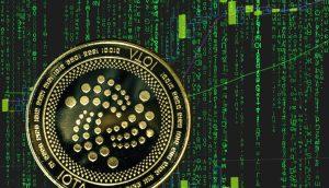 IOTA Coin vor grünem Hintergrund