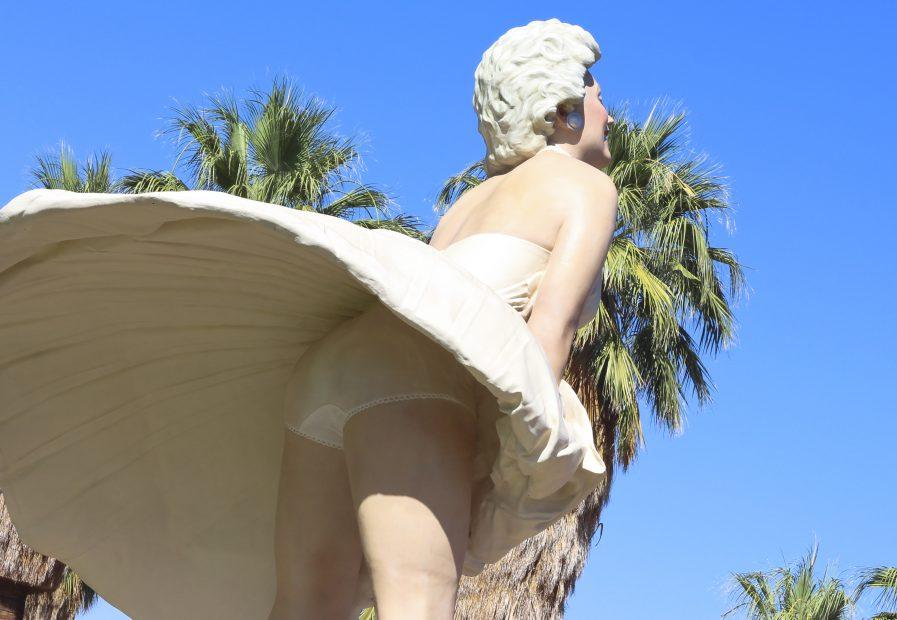 Blick unter den Rock einer Marilyn-Monroe-Statue