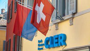 Schweizer Fahnen vor einem Gebäude der Bank Cler.