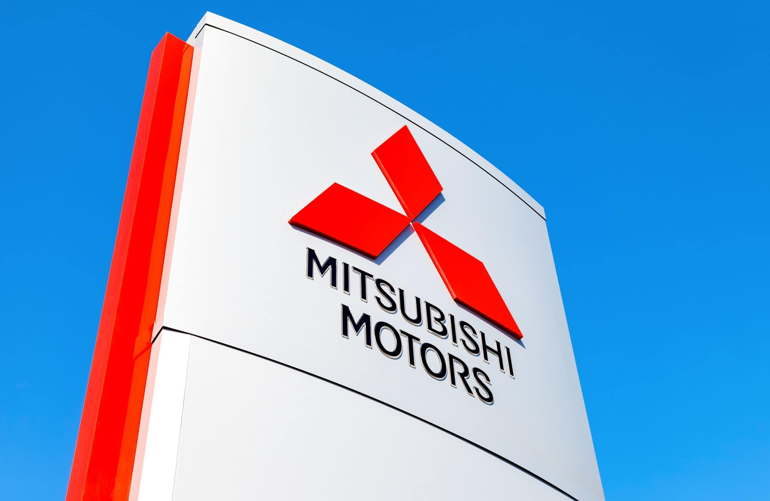 Mitsubishi-Schild im blauen Himmel.