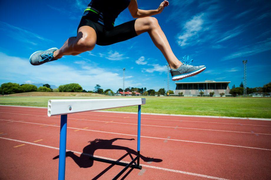 Leichtathletin nimmt eine Hürde