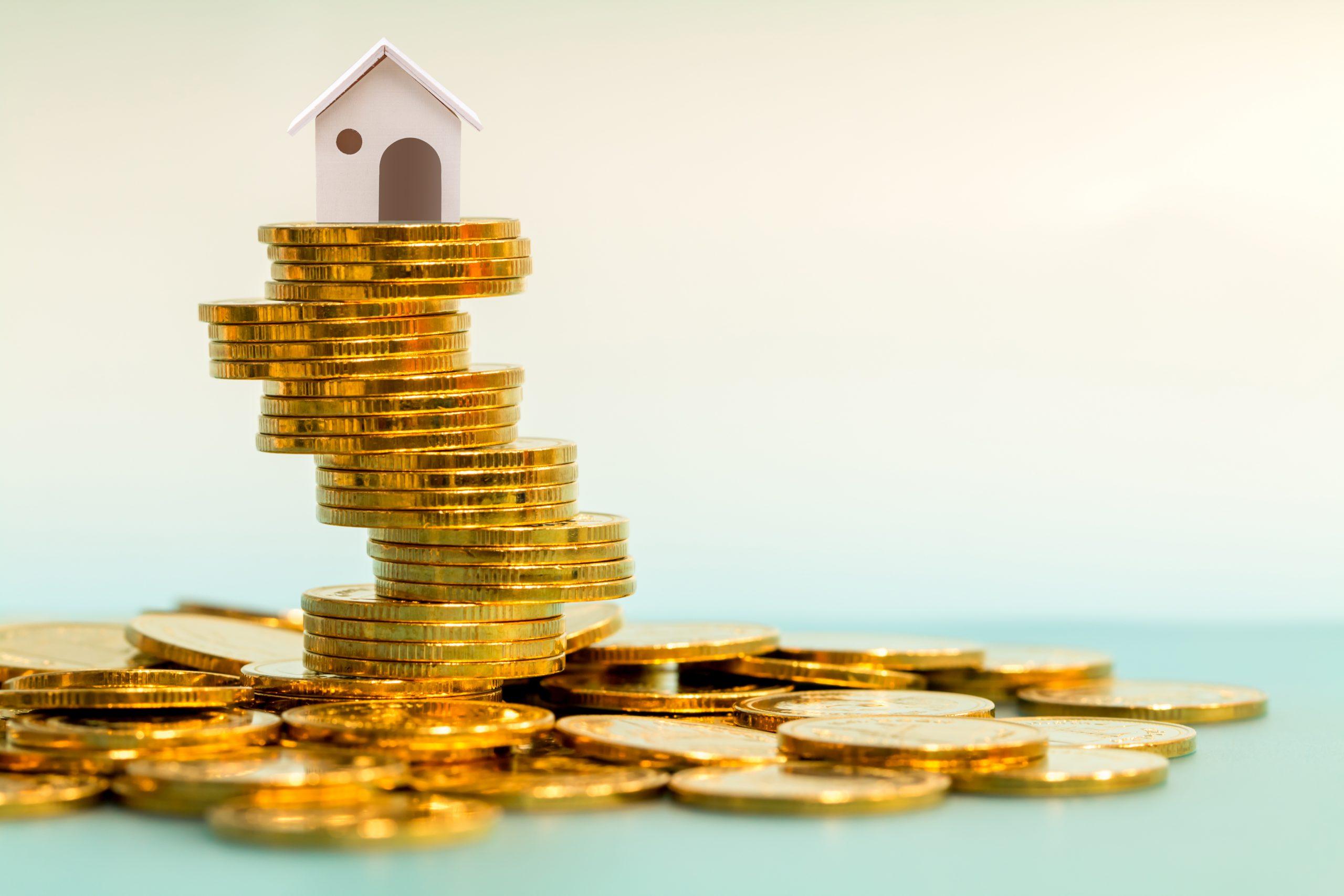 Sparen Sie Geld für Immobilien mit dem Kauf eines neuen Wohnungs und Darlehen für die Vorbereitung in der Zukunft Konzept.