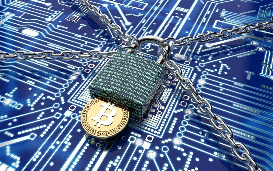 3D-Illustration eines Vorhängeschlosses, bei dem eine Bitcoin-Münze als Schlüssel fungiert (Symbolbild Ransomware)