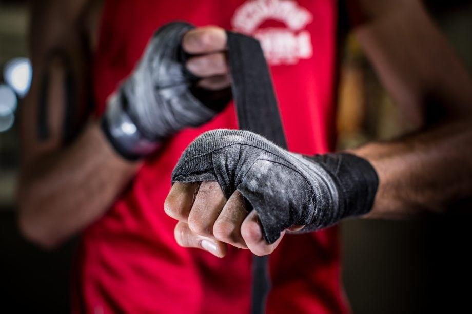 Boxer legt Bandagen an
