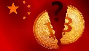 Split goldenes Bitcoin-Symbol mit Fragezeichen auf der China-Flagge. Krypto Währung goldenes Coin-Bitcoin-Symbol auf China Flaggenhintergrund.