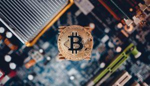 Eine Bitcoin-Münze auf einer Platine