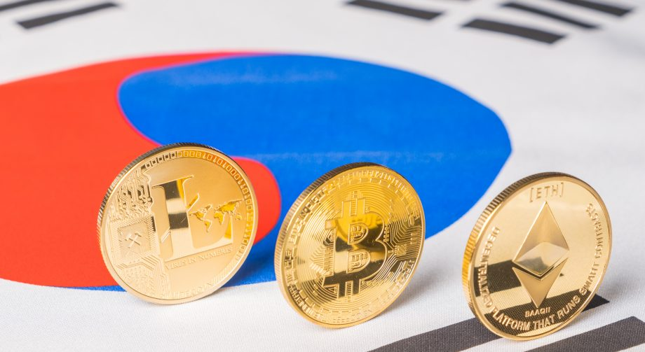 Bitcoin- Litecoin- und Ethereum-Münze auf der Flagge von Südkorea