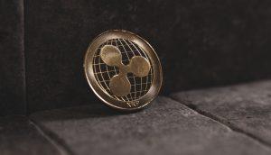 XRP-Münze, die an einer Wand lehnt